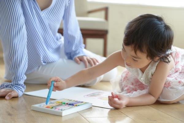 子どもがお母さんと絵画に挑戦している様子