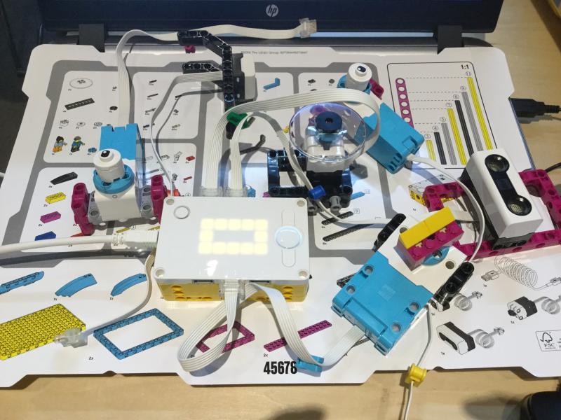 レゴSPIKEプライムの各種デバイスを組み立てた様子